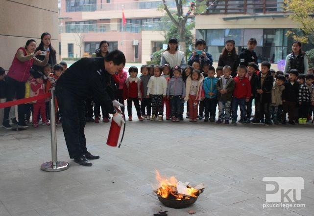 白桦林间幼儿园举行消防演习活动